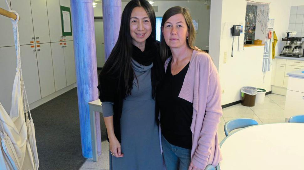 Sorgen sich um gehörlose und hörbeeinträchtigte Schülerinnen: die Erzieherinnen Hua Shan-Bähr (links) und Nina Edelmann in der Wohngruppe A5.