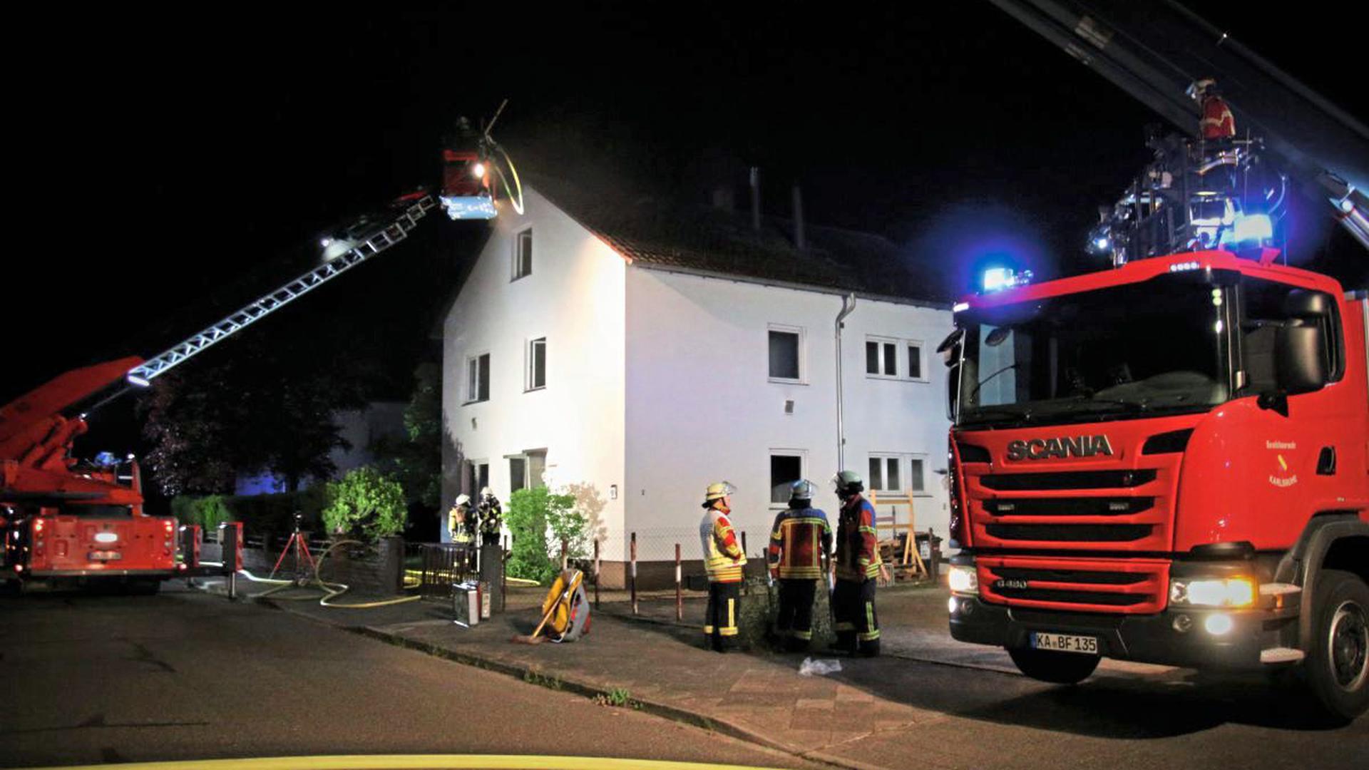 In Karlsruhe hat in der Nacht von Sonntag auf Montag ein Zweifamilienhaus gebrannt.
