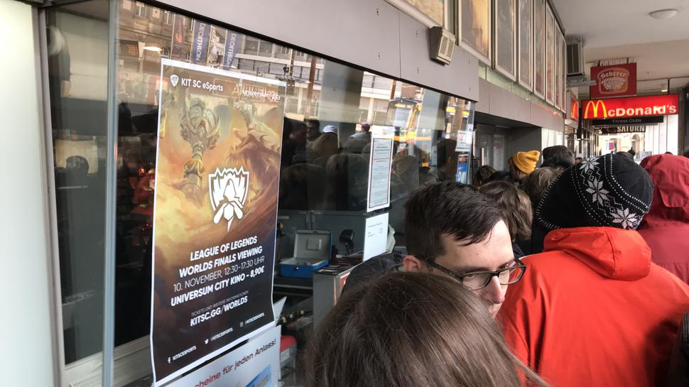 Das League of Legends-Plakat am Eingang des Universum.Kinos.