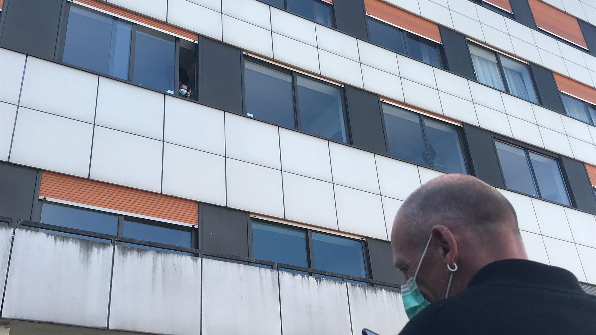 Seine Partnerin hat Markus Koch seit mehreren Wochen nicht getroffen. Durch das Klinikfenster können sie sich immerhin sehen, über Videotelefonie miteinander sprechen.