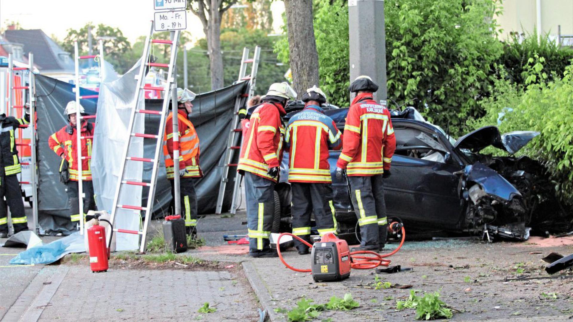 Bei dem tödlichen Unfall am Donnerstagabend in Karlsruhe-Grünwinkel sind ein 60-jähriger Mann und eine 52 Jahre alte Frau gestorben.