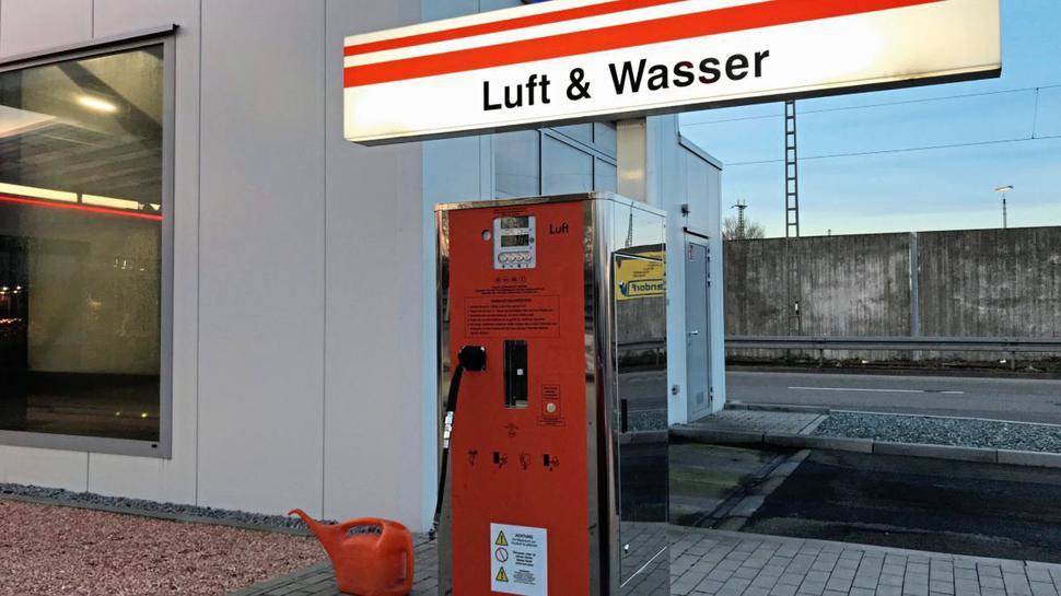 Druckluftautomat an der Tankstelle in der Wolfartsweierer Straße.