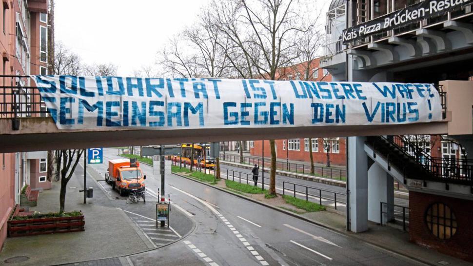 """Eine KSC-Gruppierung hat in Karlsruhe Banner aufgehängt. """"Solidarität ist unsere Waffe. Gemeinsam gegen den Virus"""" steht darauf und """"Karlsruhe hält Abstand und steht doch zusammen"""". Die Banner hängen an Brücken am Karlsruher Kronenplatz, am Adenauerring und am Wildpark selbst."""