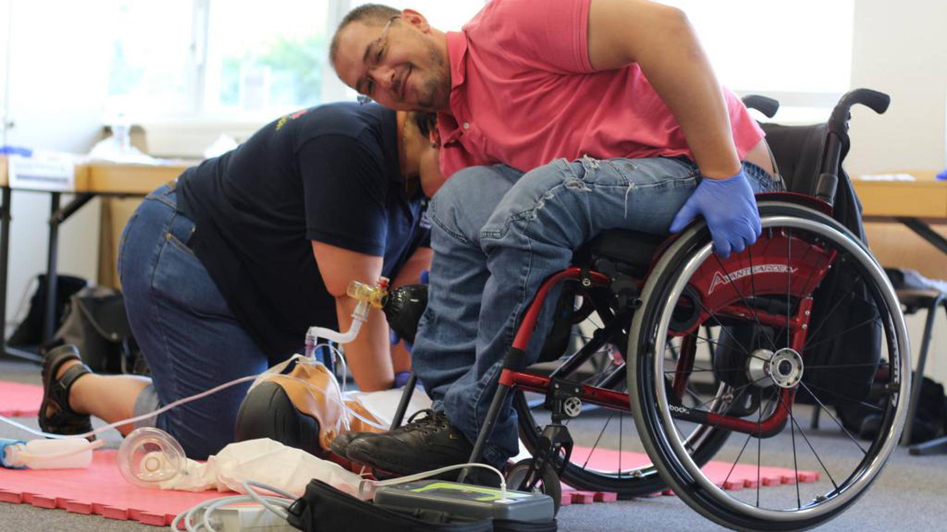 Als ehrenamtlicher Sanitäter unterstützt der querschnittsgelähmte Daniel Sanchez die Rettungskräfte. Seine Ausbildung absolvierte er beim DRK.
