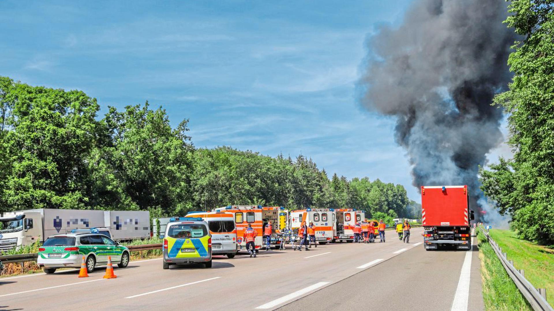 Während des Staus auf der A5 am Montag bei Karlsruhe sind zahlreiche Rettungskräfte im Einsatz. Sie versorgen auch die ausharrenden Autofahrer mit Getränken.