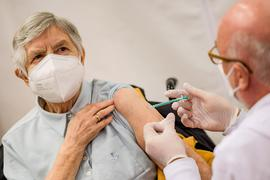 Eine ältere Dame wird geimpft.