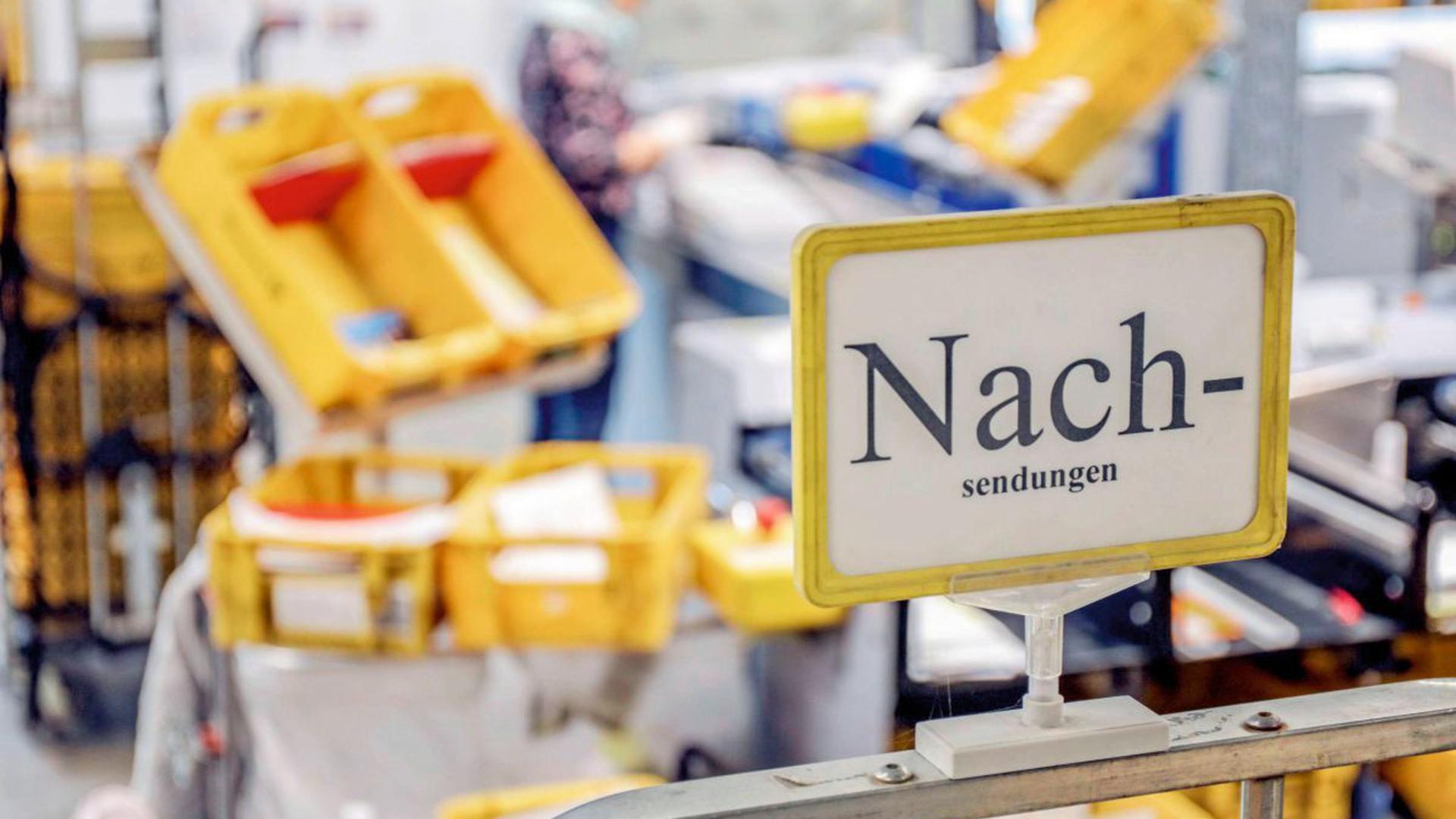 """Viel Technik bei """"Ina"""": Etwa 40 Millionen Rücksendungen und 20 Millionen Nachsendungen bearbeitet das Team in Karlsruhe. Letztlich geht es darum, dass der orangefarbene Barcode auf den Briefkuverts aktualisiert wird"""
