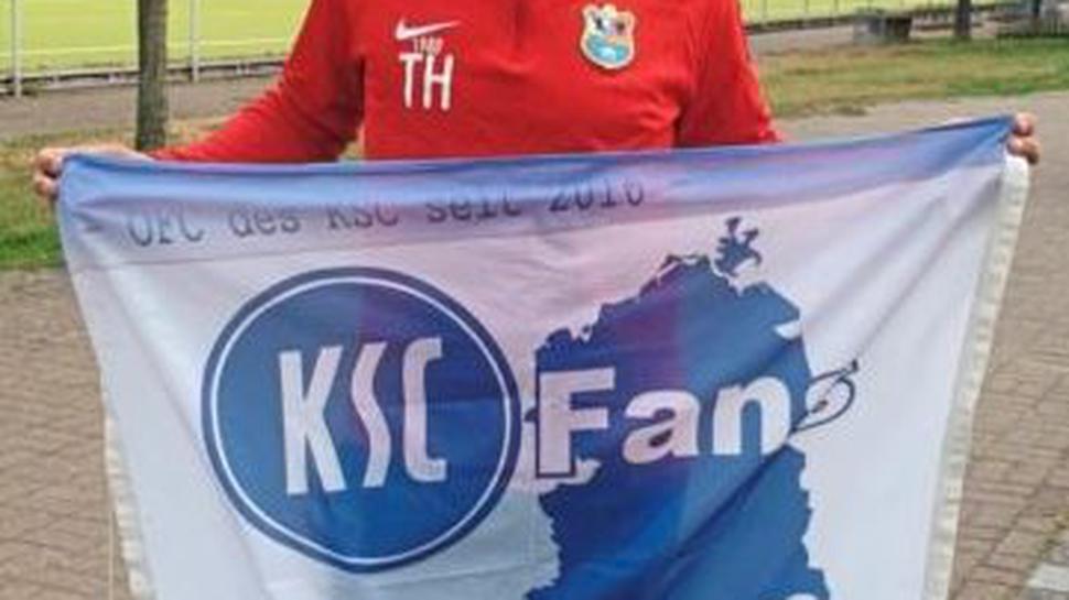 Das große Idol Thomas Häßler mit der Fanclub-Fahne.