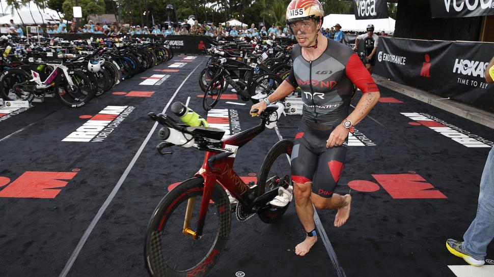 Ironman-WM auf Hawaii: Sebastian Kienle ist barfuß, während er sein Fahrrad schiebt.