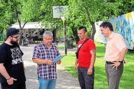 Der Jugendgarten in Oberreut müsse erhalten bleiben, sagen (von links) Leo Serzenka, Bürgervereinsvorsitzender Klaus Schaarschmidt, Matze Barth und der Vize des Vereins, Johannes Stober.