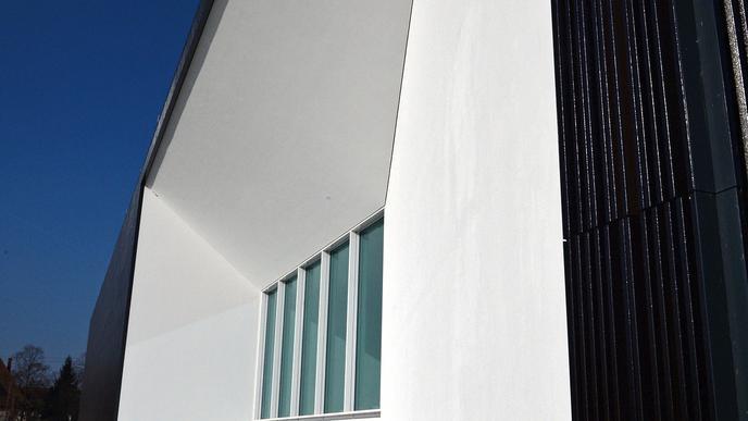 Moderne geometrische Linien beeindrucken bei diesem Gebäude, dem Wolfgang-Rihm-Forum.