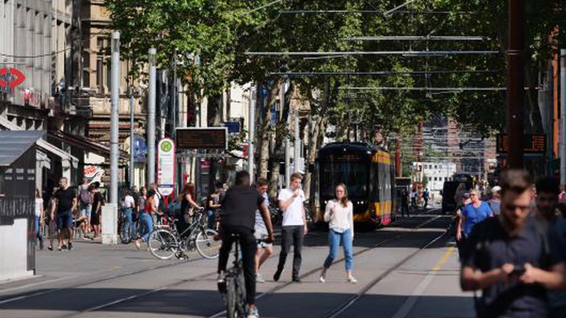 Geduld ist gefragt: Erst Zug um Zug, also in vielen Abschnitten, kann die Kaiserstraße zur wahren Fußgängerzone umgestaltet werden, nachdem die Bahnen frühestens 2021 unter der Erde fahren und Gleise sowie Oberleitung entfernt werden.