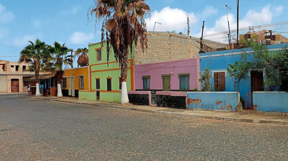 Alles so schön bunt hier: Häuser in der Hafenstadt Palmeira auf der Kapverden-Insel Sal.
