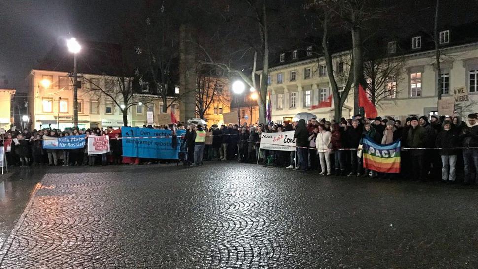 Rund 500 Gegen-Demonstranten sind am Freitagabend vor die Karlsburg gekommen.