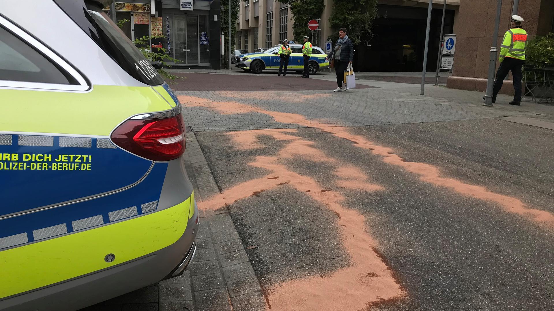 Behinderungen: Wegen starker Verunreinigungen durch Hydrauliköl hat es in den Morgenstunden erhebliche Verkehrsbehinderungen in der Innenstadt gegeben.