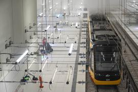 Viel Rauch in der unterirdischen Station am Marktplatz. Eine brennede Bahn mit 65 Komparsen war Szenario einer großangelegten Feuerwehrüung im Karlsruher Sadtbahntunnel.