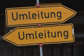 07.05.2018, Bayern; Garmisch-Partenkirchen: Zwei Umleitungsschilder zeigen in unterschiedliche Richtungen. Foto: Angelika Warmuth/dpa ++ +++ dpa-Bildfunk +++