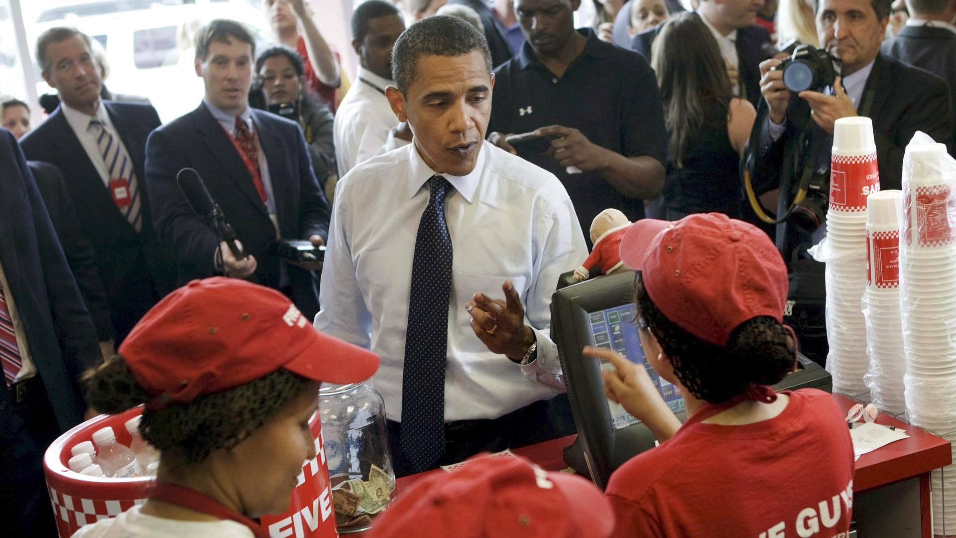 """US President Barack Obama (C) orders lunch at a """"Five Guys"""" burgers and fries restaurant in Washington, DC, USA, 29 May 2009 .President Obama traveled with his motorcade to the burger restaurant in Southeast Washington DC. EPA/Brendan Smialowski +++ dpa-Bildfunk +++"""