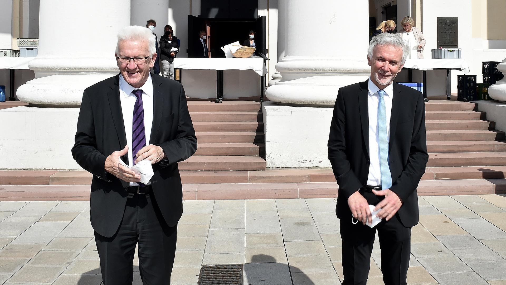 Zwei Männer stehen nebeneinander