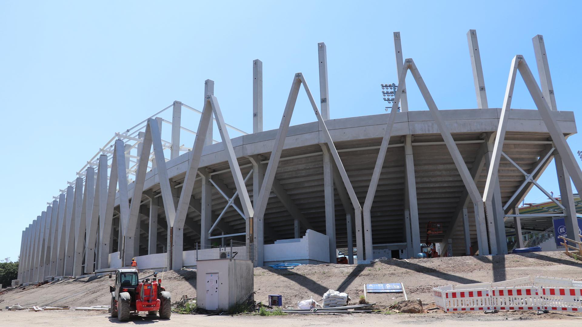 Außenansicht des im Bau befindlichen neuen Stadions in Karlsruhe.