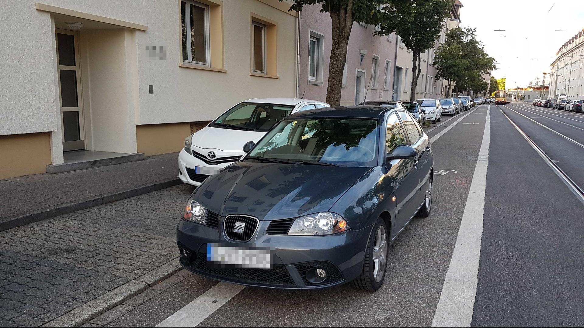 Der Fahrer dieses Autos muss befürchten, es bei seiner Rückkehr nicht wiederzufinden. Nach den Richtlinien der Stadt Karlsruhe könnte es abgeschleppt werden.
