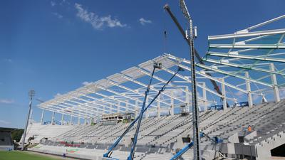 Das Stadion ist eine Baustelle: Der Tribünenbau verschlingt mehr Zeit als geplant.