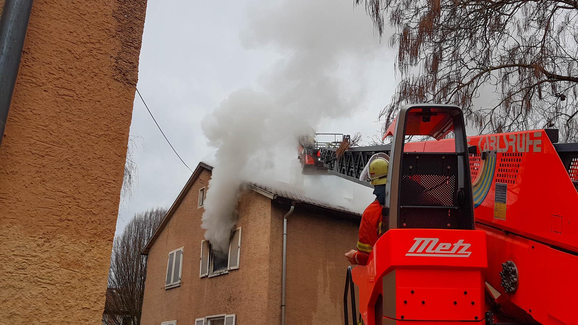 Warum es in der Wohnung im ersten Stock gebrannt hat, ist derzeit noch unklar.
