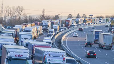 Lange Staus waren die Folge eines Unfalls auf der A5 im Süden von Karlsruhe. Ein Lkw war dort zuvor in die Leitplanke gekracht.