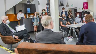 Ministerpräsident Kretschmann zu Besuch beim Cyberlab in Karlsruhe.