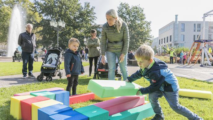 Spaß mit Schaumstoffklötzen: Veronika Amendola mit ihren Söhnen Fabio (2) und Angello (5).