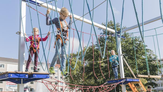 Durch den Kletterparcours: Vor dem Aufstieg wurden die Kinder vom Profi gesichert.