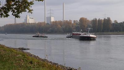 Zwei Schiffe liegen im Rhein fest