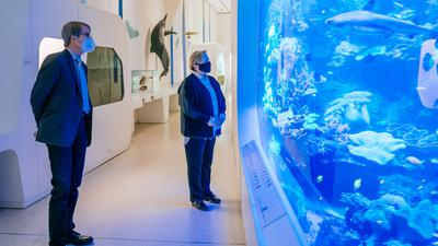 Kultusministerin Dr. Susanne Eisenmann besucht am 12.01.2021 das Naturkundemuseum in Karlsruhe. Im Bild mit Direktor Prof. Dr. Norbert Lenz, Dipl.-Biol. (Photo by Thomas Niedermueller / www.niedermueller.de)