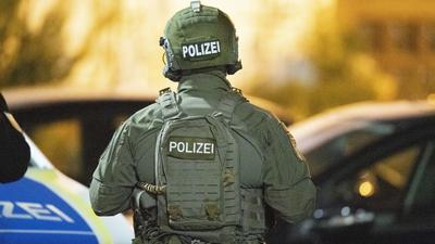 SEK-Beamte sind in der Nähe eines Tatorts im Einsatz. Durch Schüsse sind im hessischen Hanau mehrere Menschen getötet worden. +++ dpa-Bildfunk +++