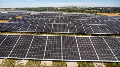 Blick auf die Photovoltaikanlage auf dem Bosch Parkhaus am Stuttgarter Flughafen. Der Stromertrag aus Photovoltaik soll am Landesairport bis 2050 um das Zehnfache steigen - Helfen sollen dabei unteranderem Wolkenkameras, die für eine exakte Prognose sorgen sollen. +++ dpa-Bildfunk +++