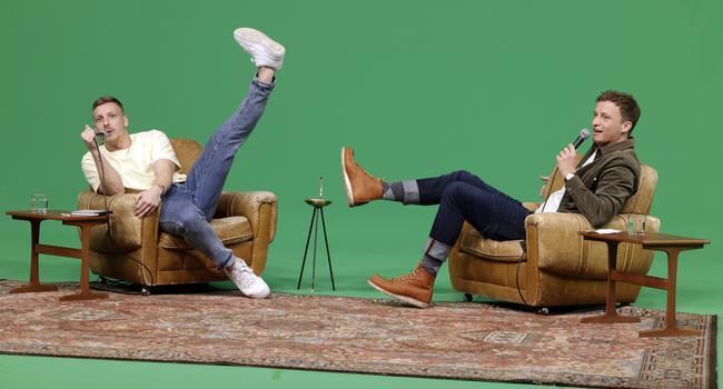 Felix Lobrecht (l) und Tommi Schmitt sitzen auf zwei Sesseln