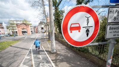 In Mainz hängen bereits Schilder, die das Überholen von Fahrrädern oder Motorrädern verbieten.