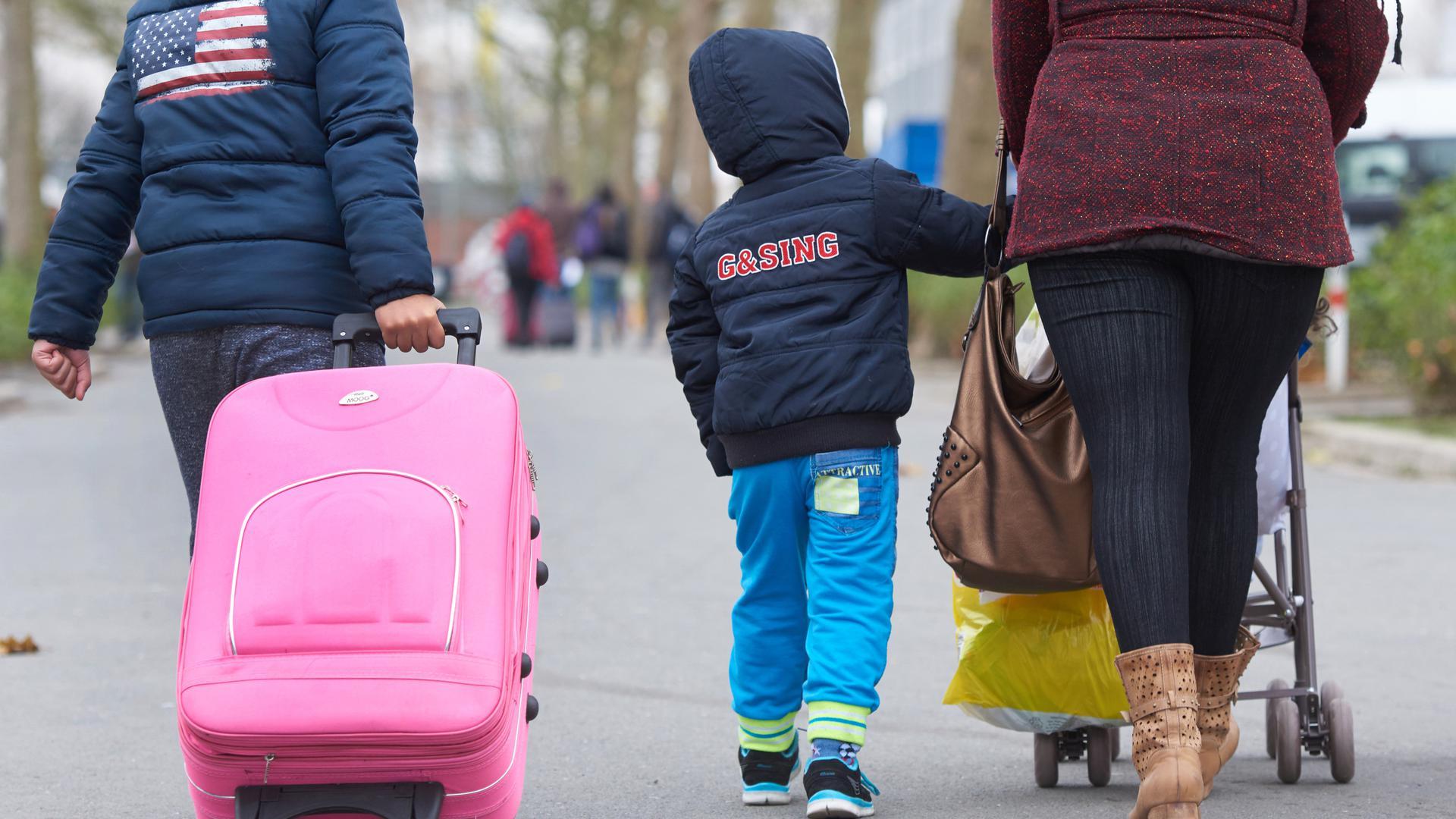 Eine Flüchtlingsfamilie kommt in einer Erstaufnahmeeinrichtung an.
