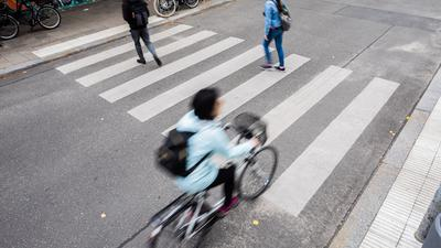 Am 1. September ist der deutsche Tag des Zebrastreifens. Die Regeln für Fußgänger und Fahrradfahrer an solchen Überwegen sind aber nicht allen Verkehrsteilnehmenden klar.