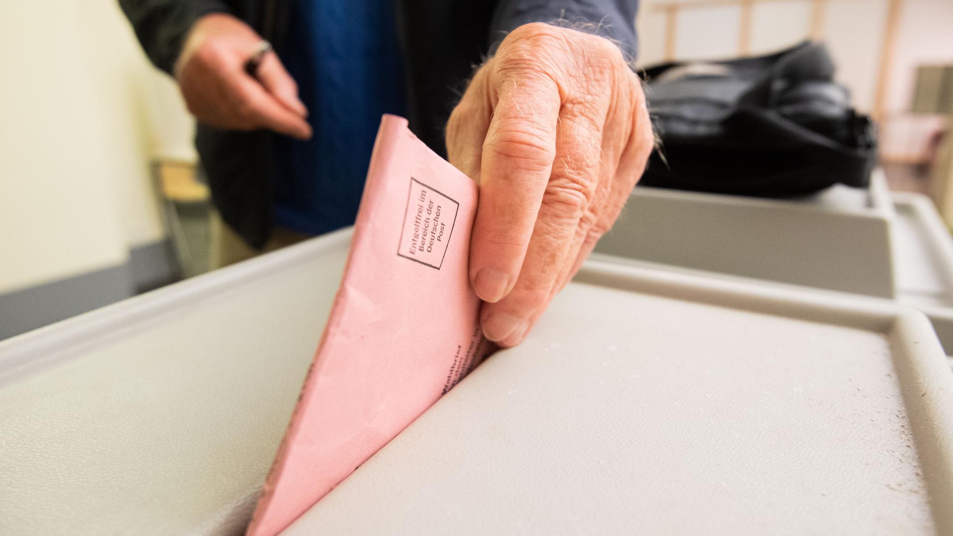 Ein Mann wirft seinen Stimmzettel für die Bundestagswahl in eine Urne im Neuen Rathaus. In vielen niedersächsischen Kommunen öffnen haben seit kurzem die Briefwahlstellen geöffnet, in denen Wahlberechtigte ihre Briefwahlunterlagen für die Bundestagswahl und Kommunalwahlen abholen können. Die Stimmzettel können auch vor Ort direkt angekreuzt und die Urnen eingeworfen werden. +++ dpa-Bildfunk +++