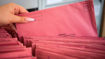 Die per Briefwahl eingegangenen Stimmzettel zur Kommunalwahl werden in der Stadtverwaltung sortiert. +++ dpa-Bildfunk +++