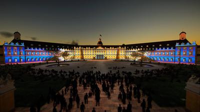 Schlosslichtspiele virtuell: Im Brunnen spiegeln sich die Shows, am Himmel ziehen Wolken durch.