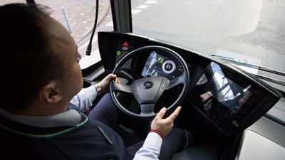 ARCHIV - Ein Busfahrer sitzt am 29.11.2017 in Frankfurt am Main (Hessen) am Steuer eines Elektrobusses. Die Busunternehmen in Deutschland haben zunehmend Probleme, noch neue Fahrer zu finden. (zu dpa «Busfahrer für Betriebe nur noch schwer zu finden» vom 07.01.2018) Foto: Fabian Sommer/dpa +++(c) dpa - Bildfunk+++