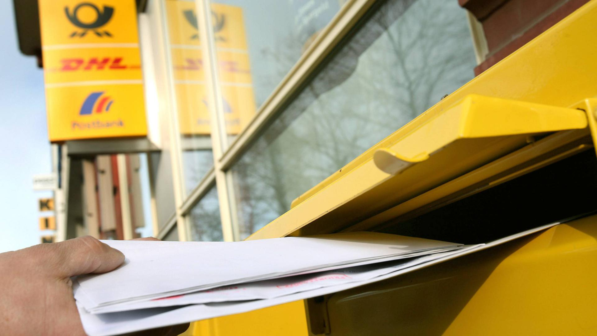 ARCHIV - 19.03.2007, Nordrhein-Westfalen, Köln: Briefe werden in einen Briefkasten geworfen. (zu dpa «Post-Chef Appel: «Steigendes Porto ist eine logische Konsequenz»» vom 08.12.2018) Foto: Oliver Berg/dpa +++ dpa-Bildfunk +++   Verwendung weltweit