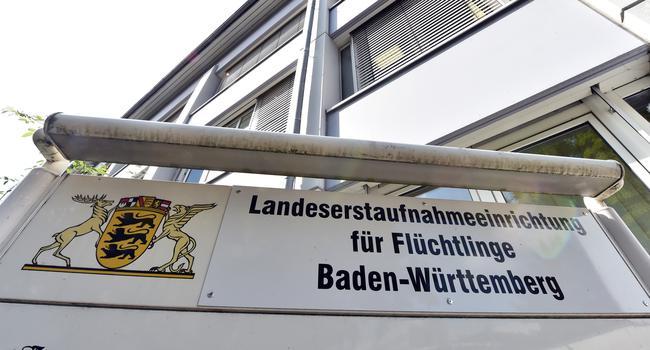 """Ein Schild mit der Aufschrift """"Landesaufnahmeeinrichtung für Flüchtlinge Baden-Württemberg"""" steht vor der Landeserstaufnahme für Asylbewerber (LEA) in Karlsruhe."""