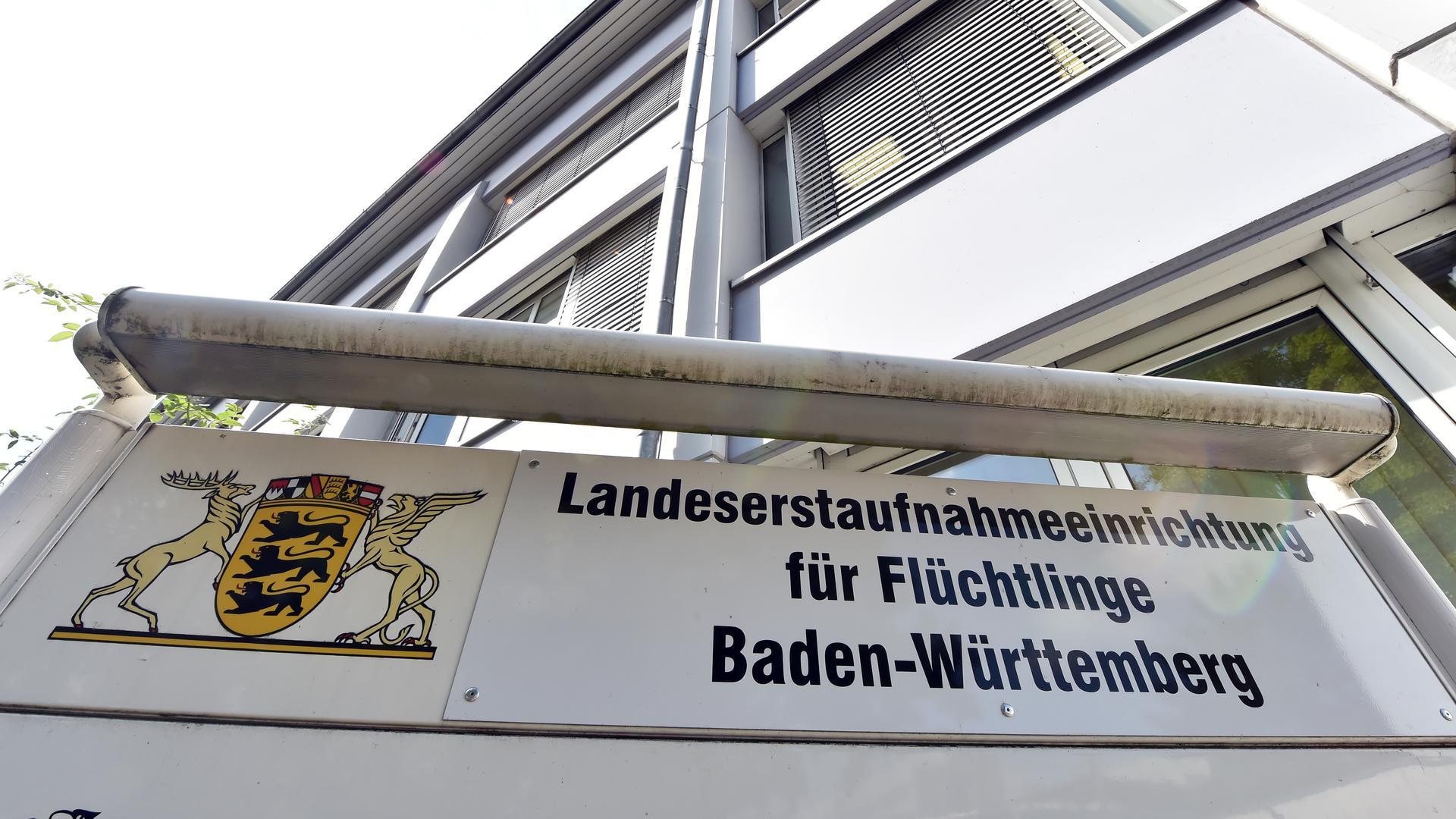ARCHIV - Ein Schild mit der Aufschrift «Landesaufnahmeeinrichtung für Flüchtlinge Baden-Württemberg» steht am 04.08.2014 vor der Landeserstaufnahme für Asylbewerber (LEA) in Karlsruhe (Baden-Württemberg). Foto: Uli Deck/dpa (zu lsw Thema des Tages: «Im Januar kommen rund 5000 Flüchtlinge nach Baden-Württemberg» vom 20.01.2015) +++ dpa-Bildfunk +++