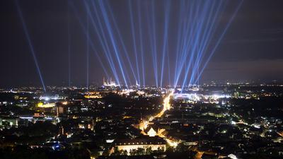 300. Stadtgeburtstag, das am 17.06.2015 beginnt. Jede Lichtsäule steht für eine historische Persönlichkeit, die in Karlsruhe gewirkt hat oder in der Stadt geboren ist. Die Lichtsäulen sind auch in den beiden folgenden Nächten, am 18. und 19. Juni 2015, zu sehen. Foto: Uli Deck/dpa ++ +++ dpa-Bildfunk +++