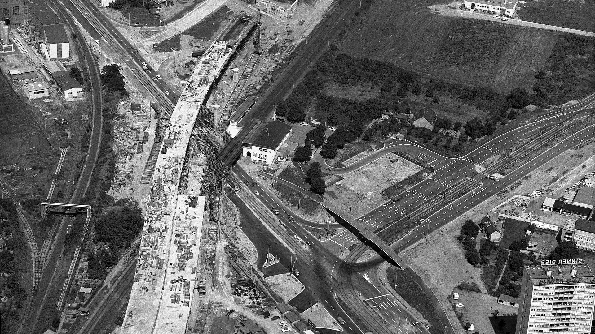 Schwarz-Weiß Bild einer Baustelle