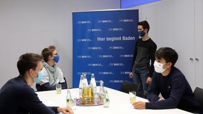 Die vier Vorstandsmitglieder des Arbeitskreises Karlsruher Schülervertreter im Gespräch.