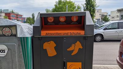 Ein Altkleidercontainer der Stadt Karlsruhe